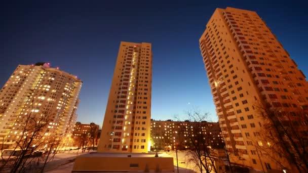 pohled na město a dvůr s třemi velké obytné domy