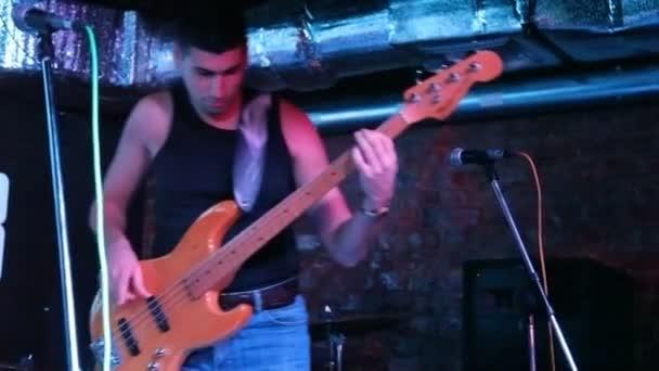 baskytarista hudebník živě na pódiu