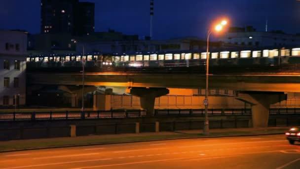 provoz aut a lehkých železnicí v noci ulice v Moskvě, Rusko