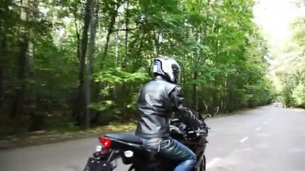 motorkáři se pohybuje na asfaltce parku. pohyblivé fotoaparát