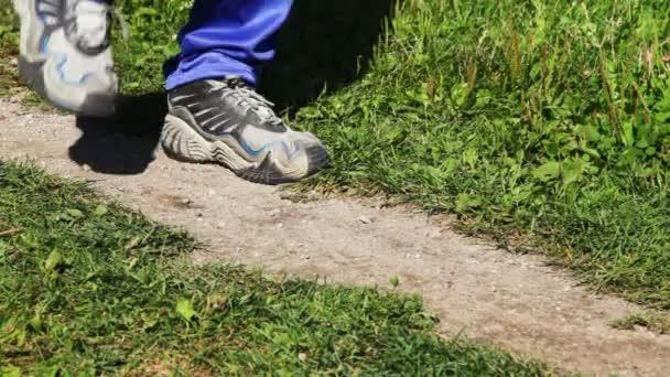 boty pro běh close-up běh na místě na lane v parcích v létě