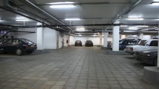 auta stojící v podzemním parkovišti, posouvání