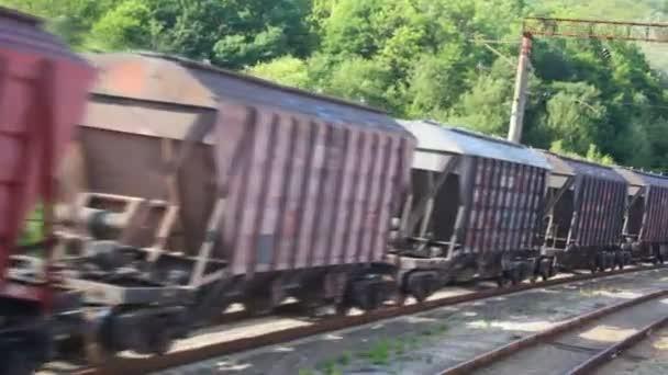 nákladní vlak přepravních kontejnerů, pohled z pohybu vlaku