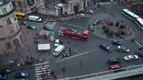 Brisk křižovatka v centru Paříže. Francie. časová prodleva. rozmazané reklama, poznávací, obličeje, tituly