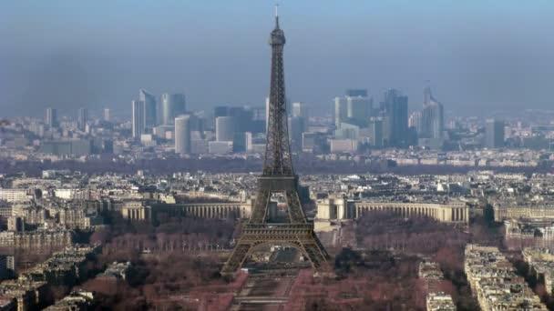 pohled na město s tour eiffel na střed. Paříž, Francie. časová prodleva.