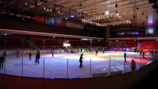bruslení na ledě v kryté kluziště s osvětlením