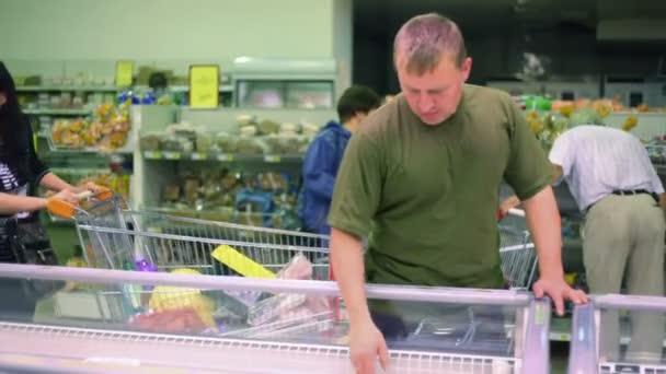 ember vásárol a szupermarketben élelmiszereket