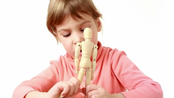 dívka vyvolává paže a nohy lidské dřevěné postavy a přesune jej