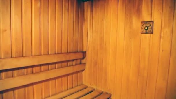 Vana předpoklad čalouněné s strom s lavičkami, teploměr a kameny