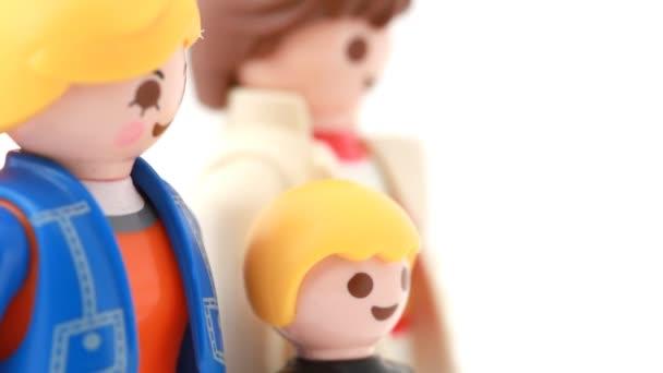 hračka rodiny se nachází na rotační stojan, pohled zepředu