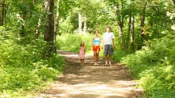 rodina v lese se plynule pohybuje vpřed. časová prodleva