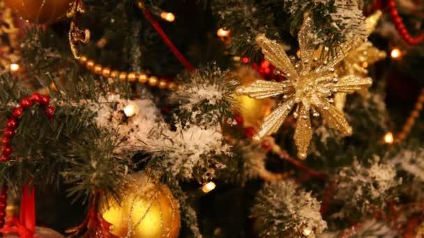 Uzavřete nový rok strom hračky, ozdoby a girlandy blikající tmavě modré světlo
