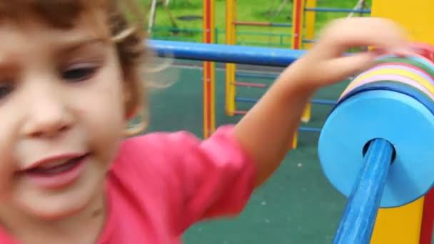 ragazza parco giochi si muove ruote sul tubo