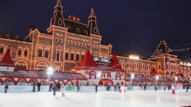 kluziště s na Rudém náměstí na žvýkačky v večer v Moskvě