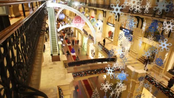 Pohled z bokem ze třetího patra žvýkačky na pavilony a novoroční ozdoby