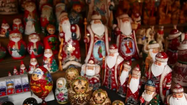 mnoho suvenýr ruské dřevěné panenky, které se nazývají matrjošky a postavy Mrazík