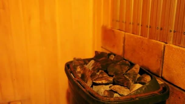 na lávových kamenech v lázni vodní toky od pipkin a syčení odpařuje
