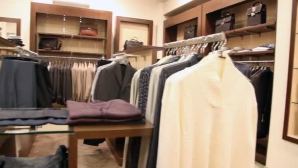 Appendini Per Giacche.File Di Appendini Con Giacca E Mensole Con Vestiti E Jeans Video