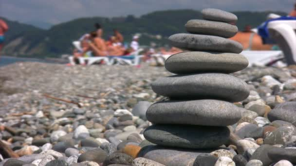 vyvážený kameny zásobníku na oblázkové pláži