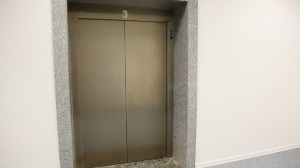 Tom lift kommer på golv, dörrar öppnas och stängs