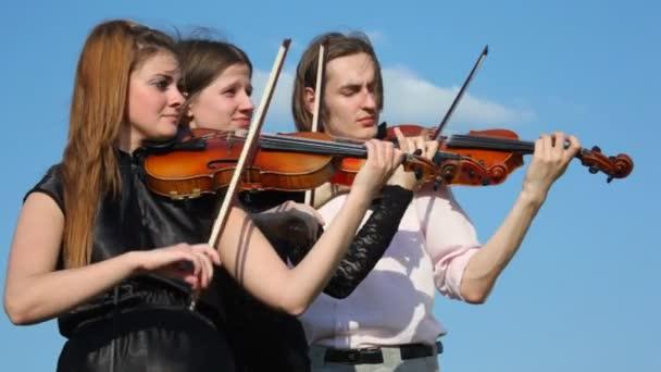 Három hegedű kint játszik