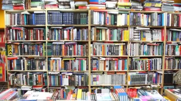 Könyvek a könyvespolcok és shopboard könyvesbolt