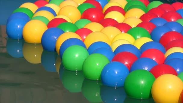 různobarevné kuličky, plovoucí nafukovací bazén