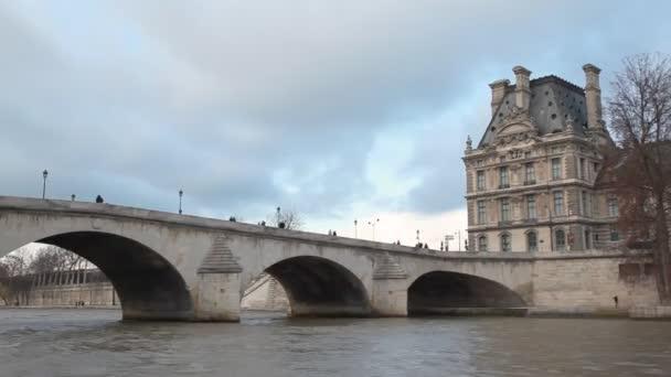 pohled z loď na řece Seině poblíž mostu pont royal a louvre, Paříž