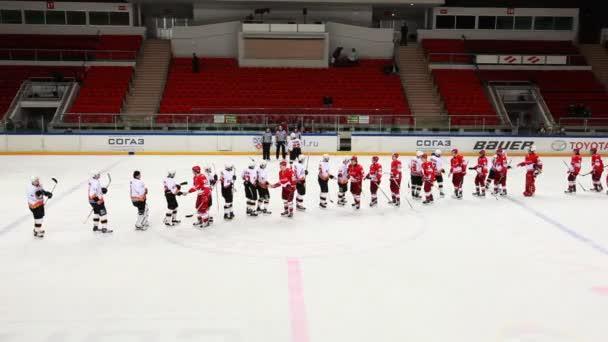 Sbohem přátelské podání ruky mezi dvěma týmy na juniorský hokejový zápas spartak-almaz mhl
