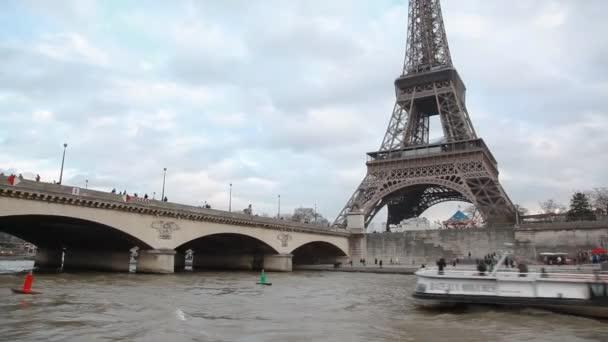 Eiffel tower a most přes řeku Seinu, Paříž, Francie