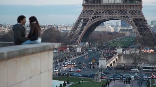 rozostření pár v večerní Paříž, Eiffelovka v pozadí, Paříž, Francie