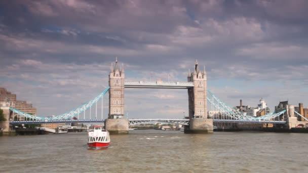 Blick vom Boot auf die prachtvolle Turmbrücke