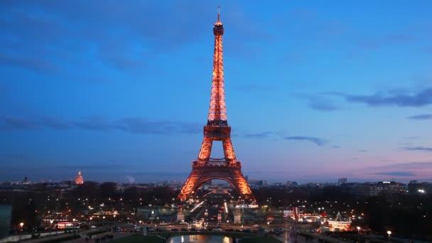 noční Eiffelovku proti večerní obloze, Paříž, Francie.