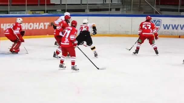 brankář úlovky puk na juniorský hokejový zápas