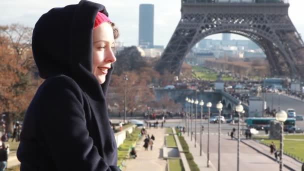 donna si leva in piedi contro la torre eiffel a Parigi, Francia