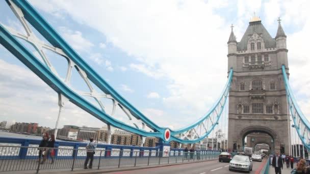 gépjármű forgalom a tower bridge, London, Egyesült Királyság.