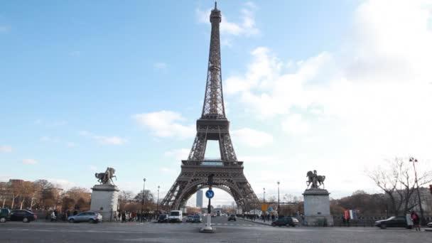 Eiffelova věž a jezdecké sochy v Paříži