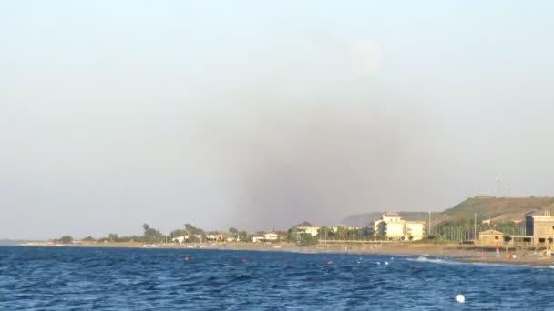 italský osady na pobřeží, kouř nad osídlení.