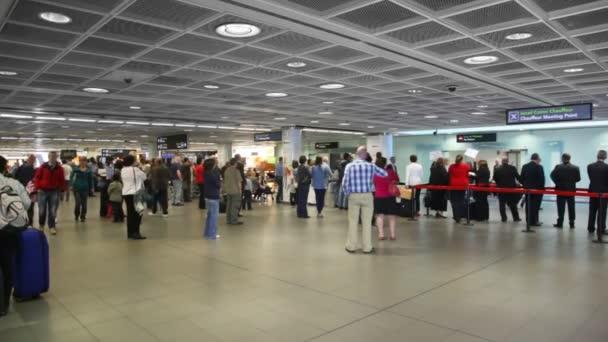 s jejich zavazadly, čekání na jejich letadlo v dublin airport