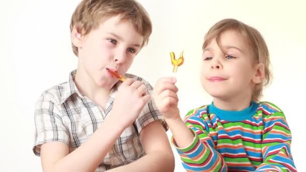 chlapec a dívka lízala a při pohledu na lízátka v podobě kuřete