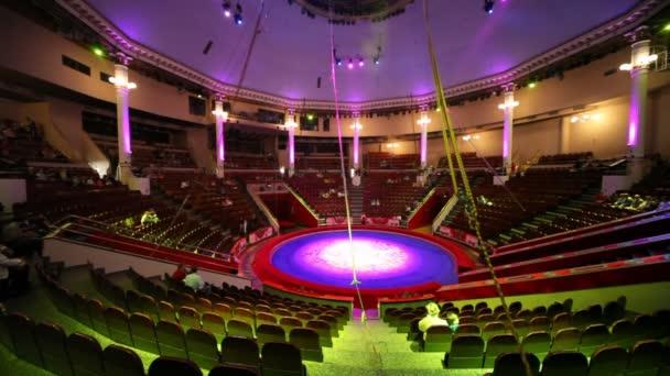 interiér cirkusu Arena kruh před představením