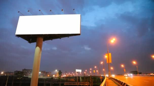 prázdné billboard u mostu s pohyblivými auta