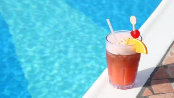 sklenice koktejl postavení v foregroung v bazénu