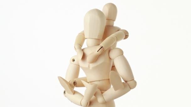 rotující dřevěné postavy sedí na krku rodiče dítěte