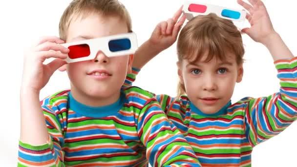 Fiú és lány ül Anaglif szemüveget a sztereó képek megtekintésére, és tapsol