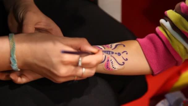 Nő így pillangó festék a lány kezét