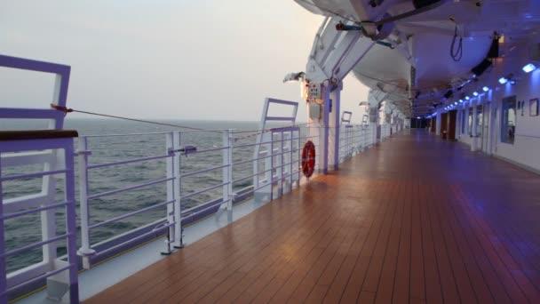 Sul ponte con illuminazione della nave da crociera u2014 video stock