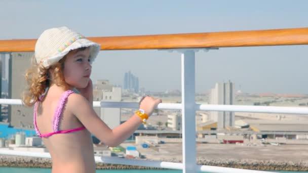 Lány áll a fedélzetre az óceánjáró