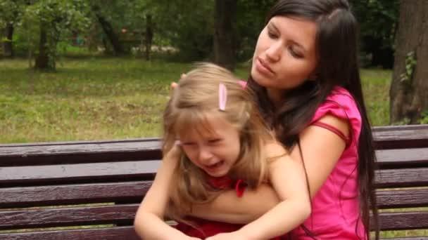 madre abbracciare sua figlia piange e cerca di calmarla
