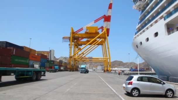 náklaďáky do kamery v přístavu s lodí